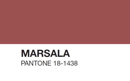Natürlich eignet sich Marsala auch für verschiedene Design-Arbeiten. Flyer, Poster oder Verpackungen: Die Farbe wirkt in der richtigen Dosis interessant.
